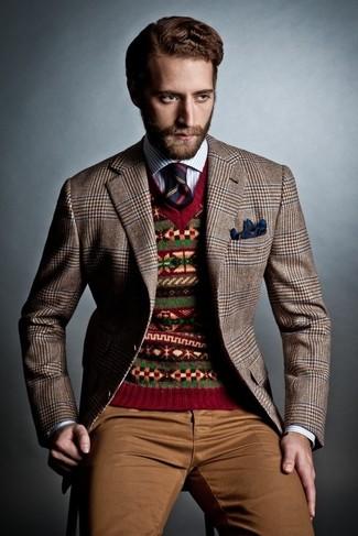 Wie kombinieren: braunes Sakko mit Hahnentritt-Muster, roter Pullover mit einem V-Ausschnitt mit Fair Isle-Muster, weißes und blaues vertikal gestreiftes Langarmhemd, braune Chinohose