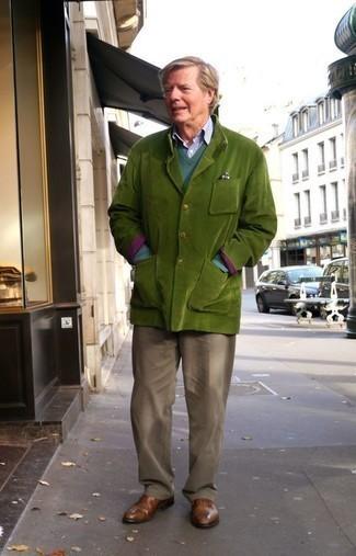 Braune Leder Oxford Schuhe kombinieren für Herbst: trends 2020: Entscheiden Sie sich für ein grünes Sakko und eine braune Chinohose für einen für die Arbeit geeigneten Look. Heben Sie dieses Ensemble mit braunen Leder Oxford Schuhen hervor. Sie suchen noch nach dem passenden Outfit für den Herbst? Dann lassen Sie sich von diesem Outfit inspirieren.