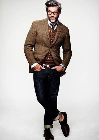 braunes Wollsakko, brauner Pullover mit einem V-Ausschnitt mit Fair Isle-Muster, weißes Langarmhemd, dunkelblaue Jeans für Herren