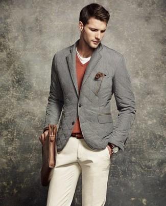Wie kombinieren: graues gestepptes Sakko, orange Pullover mit einem V-Ausschnitt, weißes T-Shirt mit einem Rundhalsausschnitt, hellbeige Chinohose
