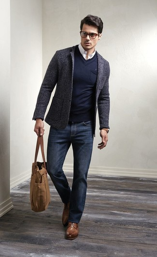 Erwägen Sie das Tragen von einem dunkelgrauen Wollsakko und dunkelblauen Jeans für Ihren Bürojob. Entscheiden Sie sich für braunen Leder Derby Schuhe, um Ihr Modebewusstsein zu zeigen.