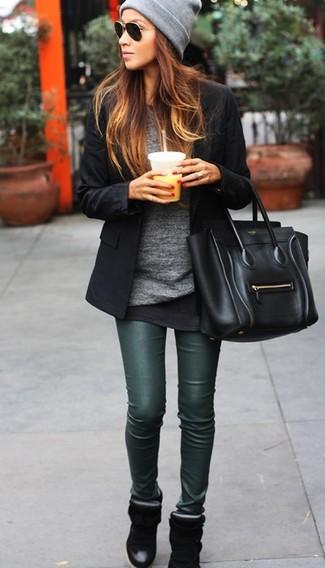 Wenn Sie Jeans und T-Shirt bevorzugen, dann gefällt Ihnen die einfache Kombination aus einem schwarzen Sakko und dunkelgrünen Lederleggings. Schwarze Keil Turnschuhe fügen sich nahtlos in einer Vielzahl von Outfits ein.