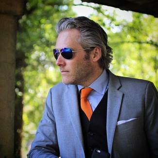 Wie kombinieren: graues Sakko, schwarzer Pullunder, hellblaues Businesshemd, orange Krawatte
