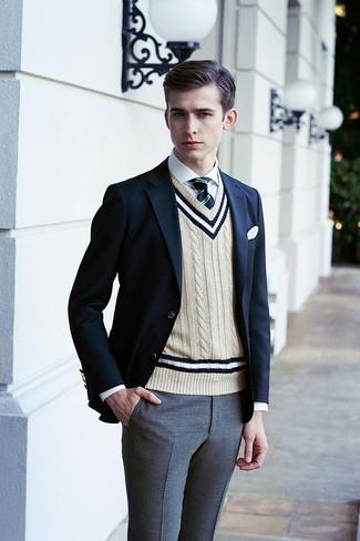 Wie kombinieren: dunkelblaues Sakko, hellbeige Pullunder, weißes Businesshemd, graue Anzughose