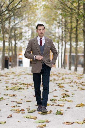 Wie kombinieren: braunes Tweed Sakko mit Fischgrätenmuster, dunkelgrauer Pullunder, weißes Businesshemd, dunkelblaue Chinohose