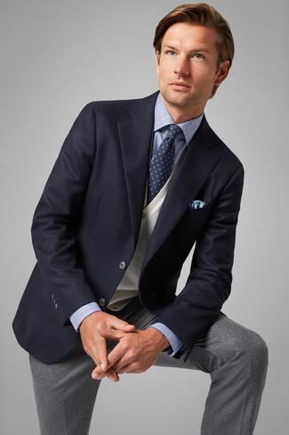 Wie kombinieren: dunkelblaues Sakko, hellbeige Pullunder, hellblaues Businesshemd mit Schottenmuster, graue Wollanzughose
