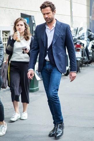 Schwarze Chelsea Boots aus Leder kombinieren: trends 2020: Paaren Sie ein dunkelblaues Sakko mit blauen Jeans, um einen eleganten, aber nicht zu festlichen Look zu kreieren. Machen Sie Ihr Outfit mit schwarzen Chelsea Boots aus Leder eleganter.