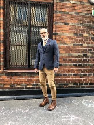 Dunkelblaues Sakko mit Karomuster kombinieren: trends 2020: Kombinieren Sie ein dunkelblaues Sakko mit Karomuster mit beige Jeans, um mühelos alles zu meistern, was auch immer der Tag bringen mag. Eine beige Lederfreizeitstiefel sind eine einfache Möglichkeit, Ihren Look aufzuwerten.