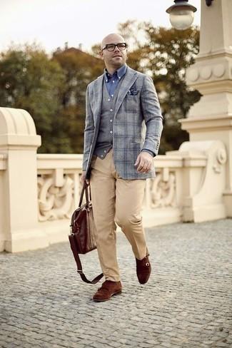 Grauen Pullunder kombinieren: trends 2020: Vereinigen Sie einen grauen Pullunder mit einer beige Anzughose für eine klassischen und verfeinerte Silhouette. Suchen Sie nach leichtem Schuhwerk? Komplettieren Sie Ihr Outfit mit braunen Doppelmonks aus Wildleder für den Tag.