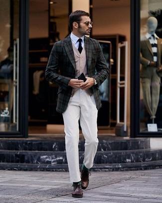 Dunkelrote Sonnenbrille kombinieren – 214 Herren Outfits: Ein dunkelgrünes Sakko mit Schottenmuster und eine dunkelrote Sonnenbrille sind eine großartige Outfit-Formel für Ihre Sammlung. Entscheiden Sie sich für dunkelbraunen Chukka-Stiefel aus Leder, um Ihr Modebewusstsein zu zeigen.