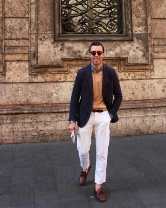 Weiße Cargohose kombinieren – 44 Herren Outfits: Kombinieren Sie ein dunkelblaues Sakko mit einer weißen Cargohose für ein sonntägliches Mittagessen mit Freunden. Komplettieren Sie Ihr Outfit mit braunen Leder Mokassins.