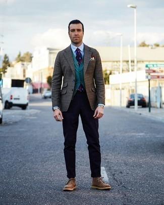 Herren Outfits 2020: Kombinieren Sie ein braunes Sakko mit Schottenmuster mit einer dunkelblauen vertikal gestreiften Chinohose für ein Alltagsoutfit, das Charakter und Persönlichkeit ausstrahlt. Komplettieren Sie Ihr Outfit mit braunen Chukka-Stiefeln aus Wildleder.