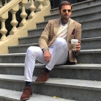 Weiße Jeans kombinieren – 761+ Herren Outfits: Kombinieren Sie ein beige Sakko mit weißen Jeans für Ihren Bürojob. Braune Chukka-Stiefel aus Wildleder sind eine großartige Wahl, um dieses Outfit zu vervollständigen.