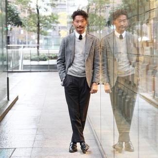 Schwarze Socken kombinieren – 500+ Herren Outfits: Entscheiden Sie sich für ein graues Sakko und schwarzen Socken für einen entspannten Wochenend-Look. Ergänzen Sie Ihr Outfit mit schwarzen Monks aus Leder, um Ihr Modebewusstsein zu zeigen.
