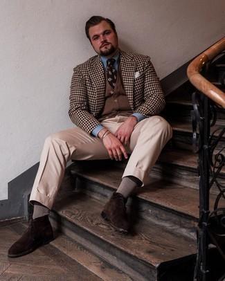 Herren Outfits 2021: Kombinieren Sie ein braunes Sakko mit Vichy-Muster mit einer hellbeige Anzughose, um vor Klasse und Perfektion zu strotzen. Fühlen Sie sich mutig? Vervollständigen Sie Ihr Outfit mit dunkelbraunen Chukka-Stiefeln aus Wildleder.