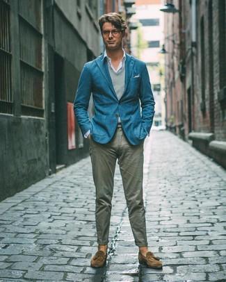 Weißes bedrucktes Einstecktuch kombinieren: trends 2020: Paaren Sie ein dunkeltürkises Sakko mit einem weißen bedruckten Einstecktuch für einen entspannten Wochenend-Look. Fühlen Sie sich ideenreich? Vervollständigen Sie Ihr Outfit mit braunen Wildleder Slippern mit Quasten.