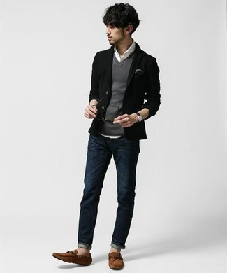 Schwarzes Sakko kombinieren: trends 2020: Vereinigen Sie ein schwarzes Sakko mit dunkelblauen Jeans, wenn Sie einen gepflegten und stylischen Look wollen. Fühlen Sie sich ideenreich? Entscheiden Sie sich für braunen Wildleder Mokassins.