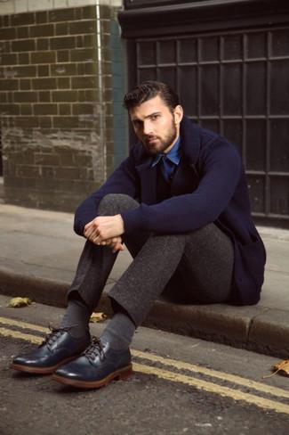 Dunkelblaues Strick Sakko kombinieren – 45 Herren Outfits: Vereinigen Sie ein dunkelblaues Strick Sakko mit einer dunkelbraunen Chinohose, um einen modischen Freizeitlook zu kreieren. Fügen Sie dunkelblauen Leder Brogues für ein unmittelbares Style-Upgrade zu Ihrem Look hinzu.