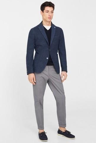 Dunkelblaues Wollsakko kombinieren: trends 2020: Kombinieren Sie ein dunkelblaues Wollsakko mit einer grauen Chinohose, wenn Sie einen gepflegten und stylischen Look wollen. Fühlen Sie sich ideenreich? Entscheiden Sie sich für dunkelblauen Leder Bootsschuhe.