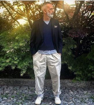 Dunkelblaues bedrucktes Einstecktuch kombinieren – 291 Herren Outfits: Ein dunkelblaues Sakko und ein dunkelblaues bedrucktes Einstecktuch sind eine gute Outfit-Formel für Ihre Sammlung. Weiße und dunkelblaue hohe Sneakers aus Leder sind eine perfekte Wahl, um dieses Outfit zu vervollständigen.