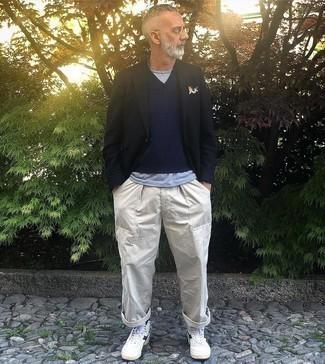 Dunkelblaues bedrucktes Einstecktuch kombinieren – 291 Herren Outfits: Für ein bequemes Couch-Outfit, kombinieren Sie ein schwarzes Sakko mit einem dunkelblauen bedruckten Einstecktuch. Ergänzen Sie Ihr Look mit weißen und dunkelblauen hohen Sneakers aus Leder.