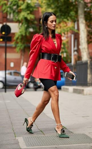 Wie kombinieren: rotes Sakko, schwarze Radlerhose, dunkelgrüne verzierte Satin Pantoletten, rote Lederhandtasche