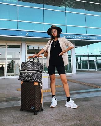 Wie kombinieren: hellbeige Sakko, schwarze Radlerhose, weiße Sportschuhe, beige Shopper Tasche aus Segeltuch mit Schottenmuster