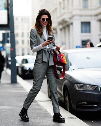 Wie kombinieren: graues Sakko mit Schottenmuster, weißer Rollkragenpullover, graue Anzughose mit Schottenmuster, schwarze flache Stiefel mit einer Schnürung aus Leder