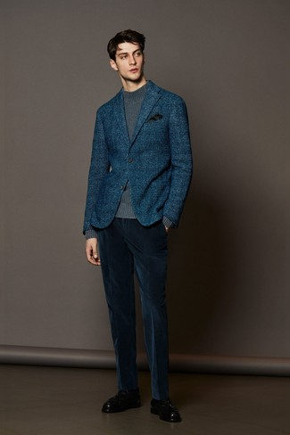 dunkelblaues Wollsakko mit Schottenmuster, grauer Strick Rollkragenpullover, dunkelblaue Anzughose aus Kord, schwarze Leder Slipper mit Quasten für Herren