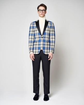 blaues Sakko mit Schottenmuster, weißer Rollkragenpullover, schwarze Anzughose, schwarze Samt Slipper mit Quasten für Herren