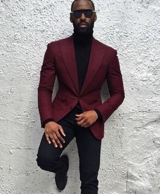 Wie kombinieren: dunkelrotes Wollsakko, schwarzer Rollkragenpullover, schwarze Anzughose, schwarze Wildleder Derby Schuhe