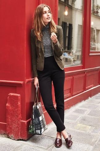 Braune Leder Slipper kombinieren: trends 2020: Mit dieser Paarung aus einem braunen Baumwollsakko und einer schwarzen Anzughose werden Sie die gelungene Balance zwischen einem Casual-Look und zeitgenössische Schick schaffen. Braune Leder Slipper sind eine ideale Wahl, um dieses Outfit zu vervollständigen.