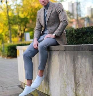 Wie kombinieren: braunes Sakko mit Schottenmuster, grauer Rollkragenpullover, graue Wollanzughose, weiße niedrige Sneakers