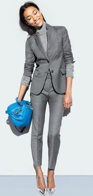 Wie kombinieren: graues Sakko, grauer Rollkragenpullover, graue Anzughose, silberne Leder Pumps