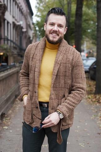 Wie kombinieren: braunes Wollsakko mit Schottenmuster, gelber Rollkragenpullover, dunkelgraue Anzughose, dunkelbrauner Ledergürtel