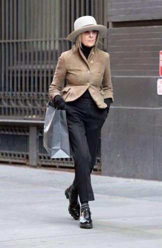Beige Sakko kombinieren – 9 Elegante Damen Outfits: Mit dieser Paarung aus einem beige Sakko und einer schwarzen Anzughose werden Sie die perfekte Balance zwischen schlichtem Trend-Look und modischem Schick erreichen. Schwarze Leder Oxford Schuhe sind eine großartige Wahl, um dieses Outfit zu vervollständigen.