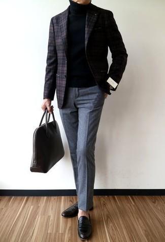 Wie kombinieren: dunkelbraunes Wollsakko mit Schottenmuster, schwarzer Rollkragenpullover, graue Wollanzughose, schwarze Leder Slipper