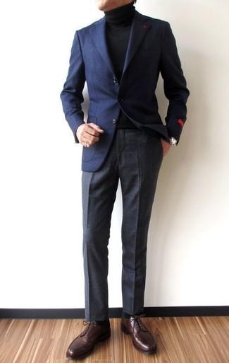 Wie kombinieren: dunkelblaues Wollsakko, schwarzer Rollkragenpullover, dunkelgraue Anzughose mit Karomuster, dunkelbraune Leder Derby Schuhe