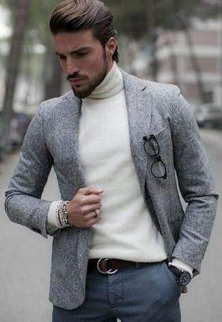 Wie kombinieren: graues Wollsakko, weißer Rollkragenpullover, dunkelgraue Wollanzughose, dunkelbrauner Ledergürtel
