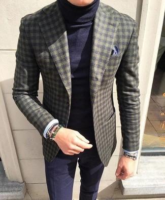 Wie kombinieren: olivgrünes Wollsakko mit Karomuster, dunkelblauer Rollkragenpullover, dunkelblaue Anzughose, dunkelblaues bedrucktes Einstecktuch