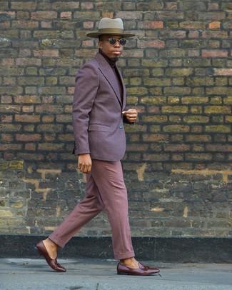 Wie kombinieren: violettes Sakko, dunkelroter Rollkragenpullover, rosa Anzughose, braune Leder Slipper mit Quasten