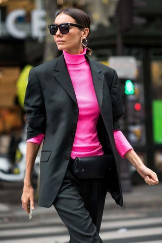 Wie kombinieren: schwarzes Sakko, fuchsia Rollkragenpullover, schwarze Anzughose, schwarze Leder Bauchtasche