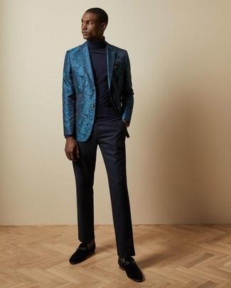 Wie kombinieren: dunkeltürkises Sakko aus Brokat, dunkelblauer Rollkragenpullover, dunkelblaue Anzughose, schwarze Wildleder Slipper