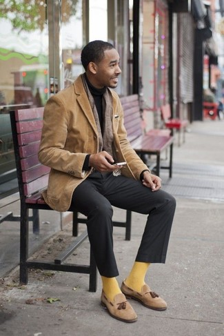 Dunkelgraue Anzughose kombinieren: Kombinieren Sie ein beige Cordsakko mit einer dunkelgrauen Anzughose für eine klassischen und verfeinerte Silhouette. Beige Wildleder Slipper mit Quasten fügen sich nahtlos in einer Vielzahl von Outfits ein.