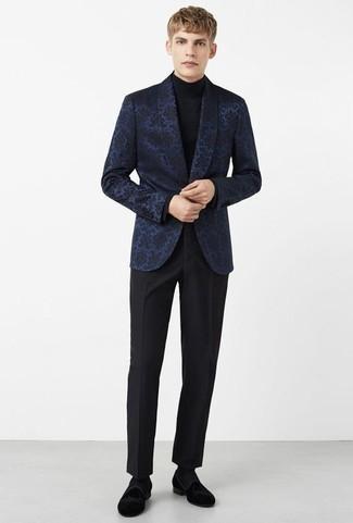 Schwarze Socken kombinieren: trends 2020: Für ein bequemes Couch-Outfit, paaren Sie ein dunkelblaues Sakko aus Brokat mit schwarzen Socken. Schwarze Samt Slipper sind eine einfache Möglichkeit, Ihren Look aufzuwerten.