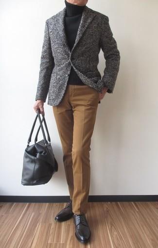 Graues Wollsakko mit Karomuster kombinieren – 27 Herren Outfits: Kombinieren Sie ein graues Wollsakko mit Karomuster mit einer beige Anzughose, um vor Klasse und Perfektion zu strotzen. Dunkelgraue Leder Derby Schuhe fügen sich nahtlos in einer Vielzahl von Outfits ein.