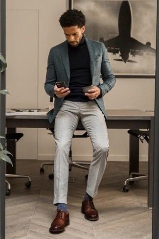 Schwarzen Rollkragenpullover kombinieren – 1045+ Herren Outfits: Paaren Sie einen schwarzen Rollkragenpullover mit einer grauen Anzughose für einen stilvollen, eleganten Look. Braune Leder Derby Schuhe sind eine perfekte Wahl, um dieses Outfit zu vervollständigen.