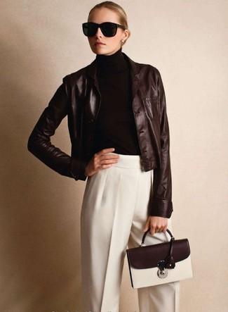 dunkelbraunes Ledersakko, dunkelbrauner Rollkragenpullover, weiße Anzughose, dunkelbraune Satchel-Tasche aus Leder für Damen