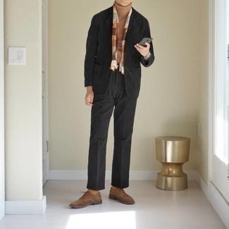 Herbst Outfits Herren 2020: Geben Sie den bestmöglichen Look ab in einem schwarzen Cordsakko und einer schwarzen Anzughose. Ergänzen Sie Ihr Look mit braunen Wildleder Derby Schuhen. Dieser Look eignet sich ideal für die Übergangszeit.
