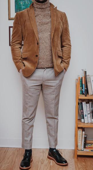 Beige Wollrollkragenpullover kombinieren – 61 Herren Outfits: Vereinigen Sie einen beige Wollrollkragenpullover mit einer hellbeige Anzughose, um vor Klasse und Perfektion zu strotzen. Ergänzen Sie Ihr Look mit schwarzen Leder Derby Schuhen.